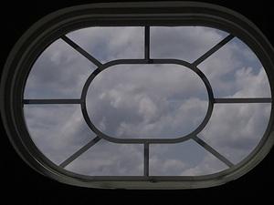 창문에 드리운 구름