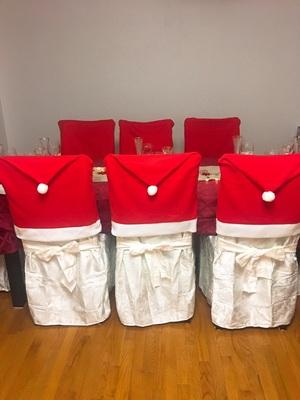 의자 커버에  산타모자도 씌우고...