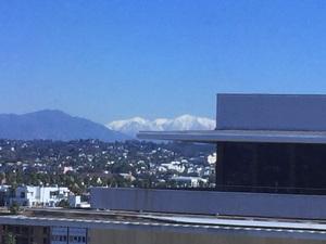 사무실에서 눈덮힌 산이 보이네요