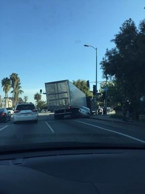 오늘 아침 6가 윌튼길 트럭 교통사고